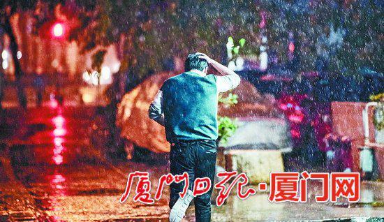 一名没带伞的路人在雨中狂奔。