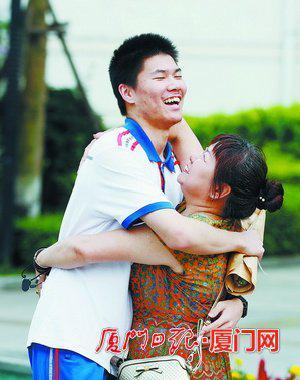 家长和孩子激动地拥抱在一起。(厦门日报社全媒体记者 何炳进 摄)