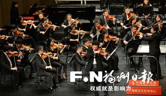 海峡文化艺术中心首秀,著名小提琴演奏家吕思清带来小提琴协奏曲《梁祝》。