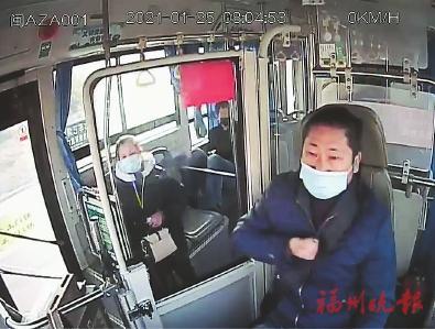 陈祖军在驾车途中突感不适,单手捶胸。视频截图
