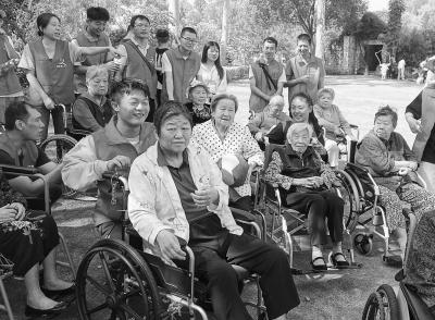周末常有年轻人来到厦门莲花爱心护理院志愿服务。 (莲花爱心护理院供图)