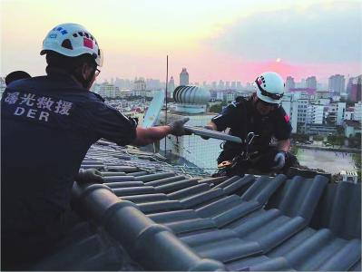 """曙光救援队参与""""莫兰蒂""""台风灾后重建。"""