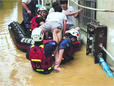 2017年,江西九江修水县遭遇洪灾,曙光救援队参与救援。
