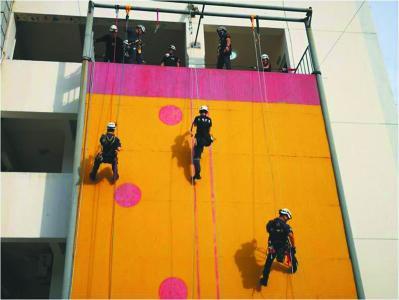 曙光救援队在进行高空救援演练。