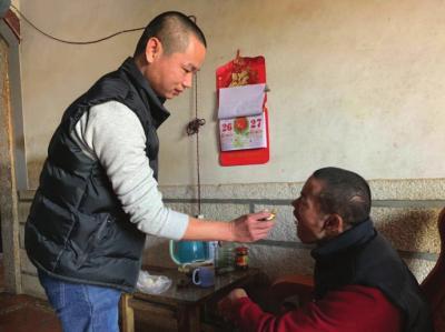 """陈奇汉一口一口地喂哥哥吃包子,还不时提醒""""小心烫,慢慢吃""""。"""