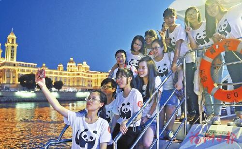 两岸青年一起夜游闽江。记者郑帅 摄