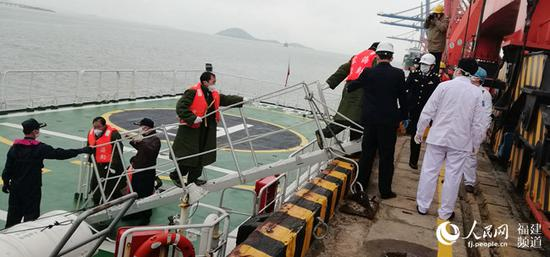 泉州海域一货船沉没 五名落水船员惊险获救