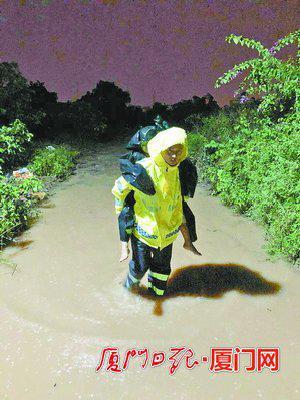 救援人员将被困群众背出。