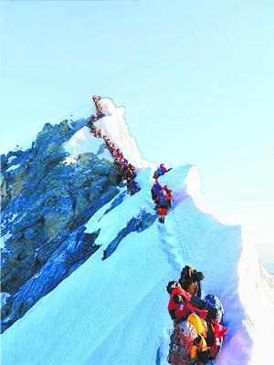 """■图为热传的珠峰拥堵照片,登山者排成的""""长龙""""蜿蜒在通向顶峰的狭窄山脊上。 资料图"""