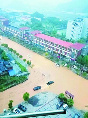 三明市清流县道路积水成河。(图/福建日报微信公众号)