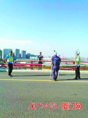 曙光救援队队长王刚拄着双拐劝说轻生男子。(热心市民 供图)