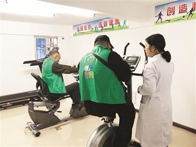 医护人员指导学员进行体能恢复训练