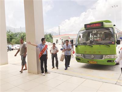导乘员引导旅客进入火车站出发层