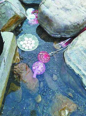 市民将鹌鹑蛋、鸡蛋放入温泉水中煮。(市民陈女士 供图)