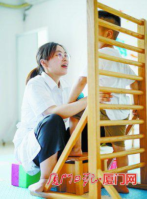 心欣幼儿园的老师指导孩子做基础动作练习。