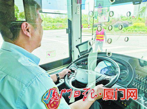 """司机不用踩油门,""""5G智能驾驶员""""就能控制车辆以最适合的速度自动行驶。"""