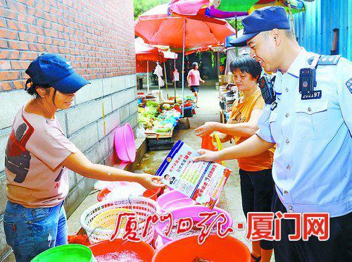 林恒伟在辖区菜市场进行防骗宣传。
