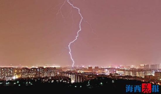 """电闪雷鸣都逃不过""""柱子""""的监测。(资料图)记者陈理杰摄"""