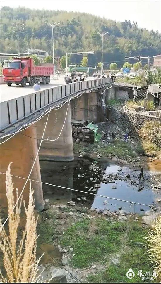 视频揪心!两车在桥上相撞,大货车坠落6米桥下,侧翻在河里…