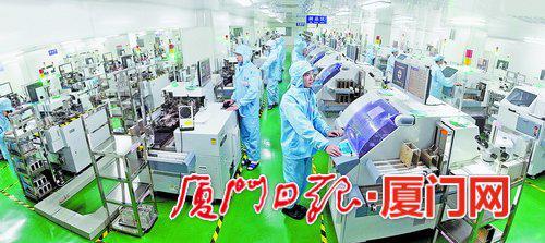 厦门市信达光电科技有限公司生产线。(本报记者 黄嵘 摄)