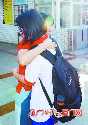 在金尚中学,老师与考生拥抱,加油打气。(本报记者 张奇辉 摄)