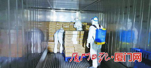 工作人员对冷链运输产品进行装卸前的消杀工作。 (湖里区委宣传部 供图)