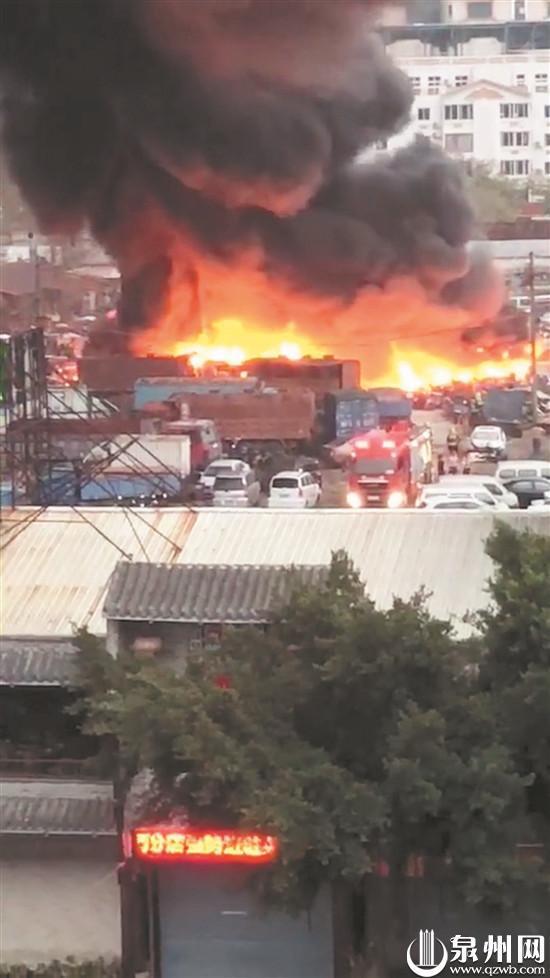 停车场着火,上百辆报废车被烧毁。