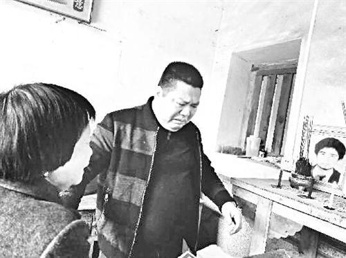 男子找人借千元后债主去世 25年后辗转找到其家人谢恩