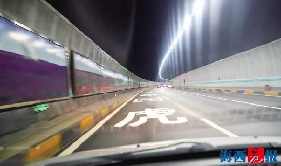 万石山隧道增加了变道区,畅通不少。记者 唐光峰 摄