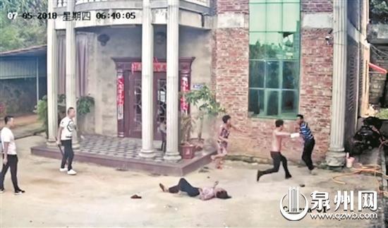 多名男子打砸民房,甚至持刀伤人。