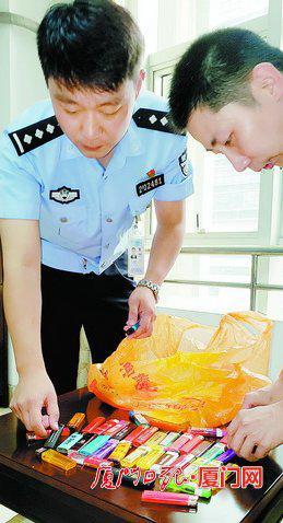▲民警收缴的打火机。