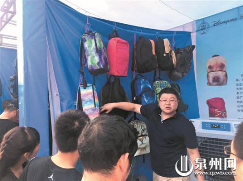 产业带优势吸引全国卖家汇聚泉州,图为泉州箱包生产厂家向卖家推介。 (记者刘倩 摄)