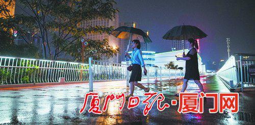 连绵的雨水让路面泛起了光。(本报记者 林铭鸿 摄)