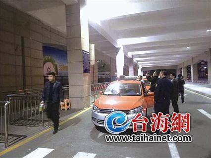 ▲执法人员在火车站进行执法检查