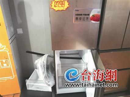 ▲展板被撞烂,一根铝合金管穿透两台冰箱