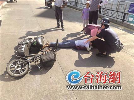 漳州一女子为避让小孩摔晕 民警上前打伞施救