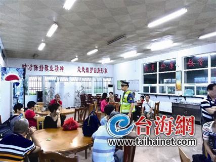 ▲执法人员将滞留旅客安置在食堂