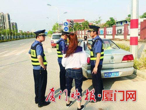 ■交通执法人员查处违规培训行为。