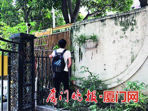 -有人试图翻墙,无保安阻拦。朱俊博摄