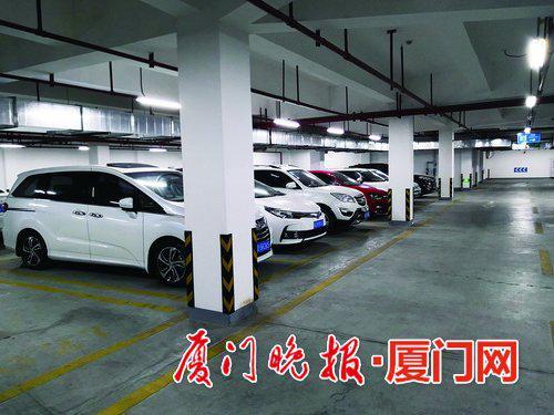 小区入住率不高,但即使白天,车库里也停了不少车。