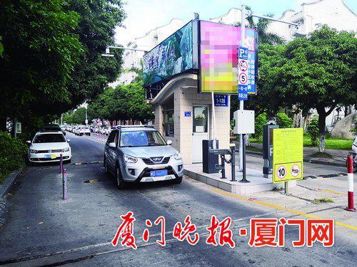 -只要进入瑞景新村小区,车辆就要收钱。虽然有停车票,但不同人待遇不同。
