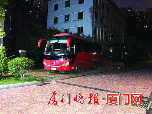▲旅游大巴也开进小区停放。