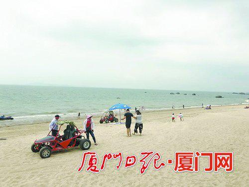 玩月坡附近,沙滩摩托车经营者在招揽生意。