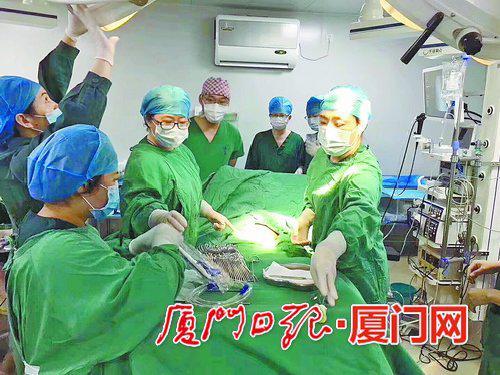 二院多学科的专家们正在手术现场紧张抢出孩子。
