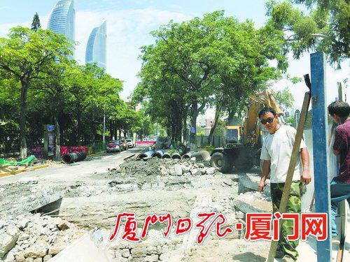 大学路围挡施工,进行排水箱改造。