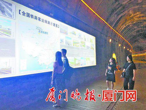 鸿山隧道内,展板介绍铁路知识。