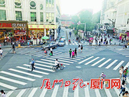绿灯亮起时,行人可自由经过6条斑马线过马路。
