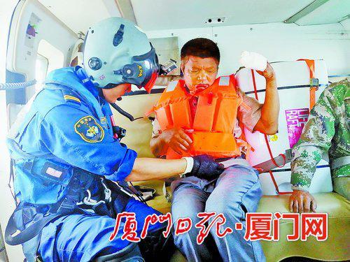 受伤渔民被运送回厦。