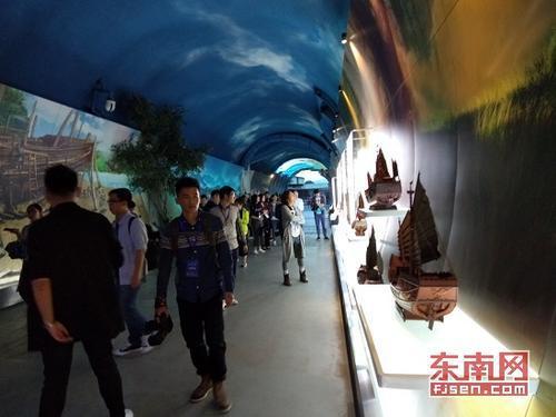 采访团参观船政时空隧道(东南网记者 卢金福 摄)