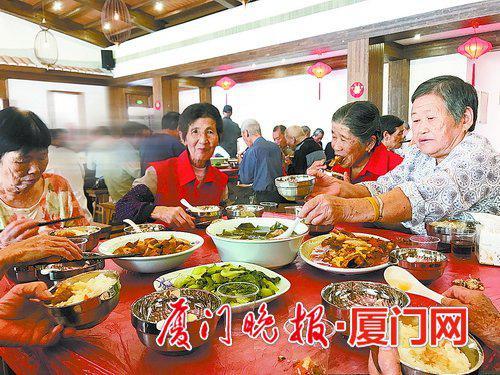 ■老人在食堂用餐,边吃边聊特别开心。